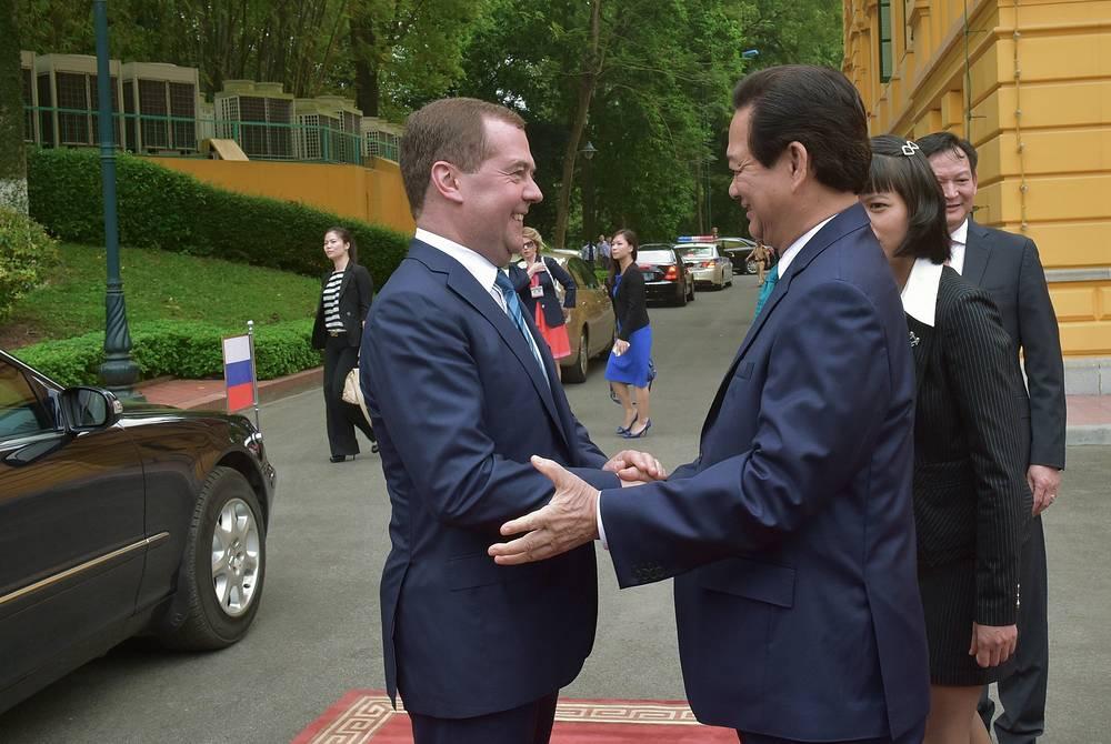 Премьер-министр РФ Дмитрий Медведев и премьер-министр Вьетнама Нгуен Тан Зунг приветствуют друг друга перед началом церемонии официальной встречи