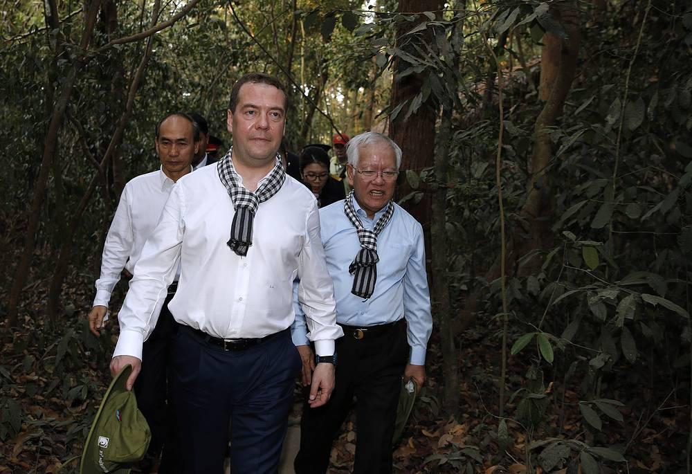 Премьер-министр РФ Дмитрий Медведев и председатель Народного комитета города Хошимина Ле Хоанг Куано