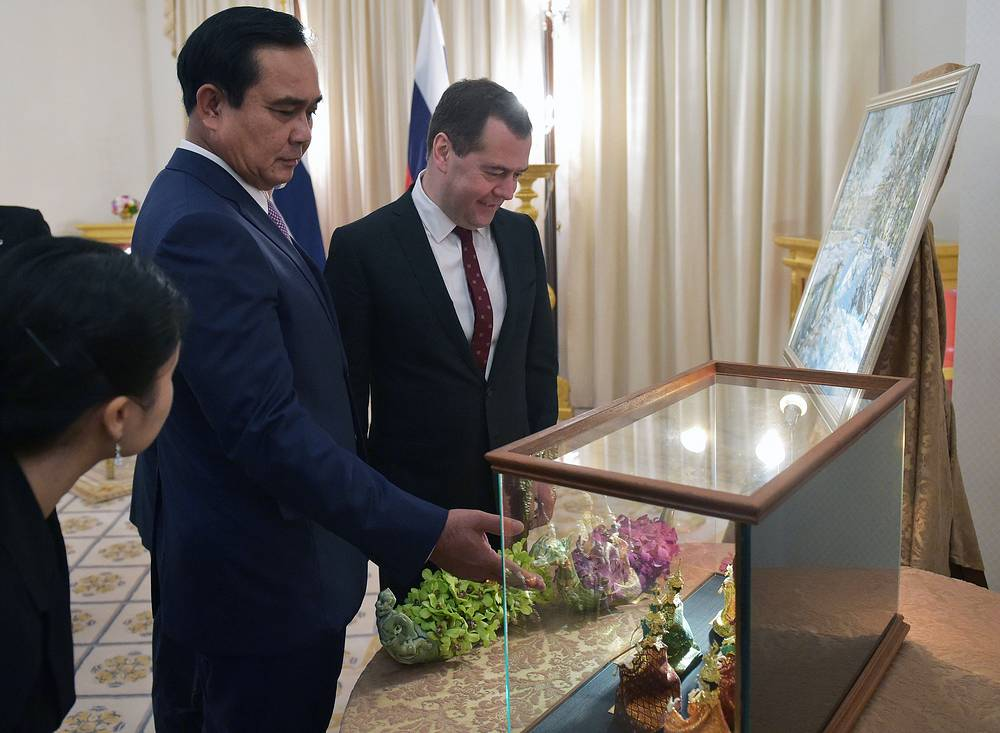 Премьер-министр Таиланда Прают Чан-Оча и премьер-министр РФ Дмитрий Медведев обмениваются подарками во время встречи в Доме правительства в Бангкоке, 8 апреля