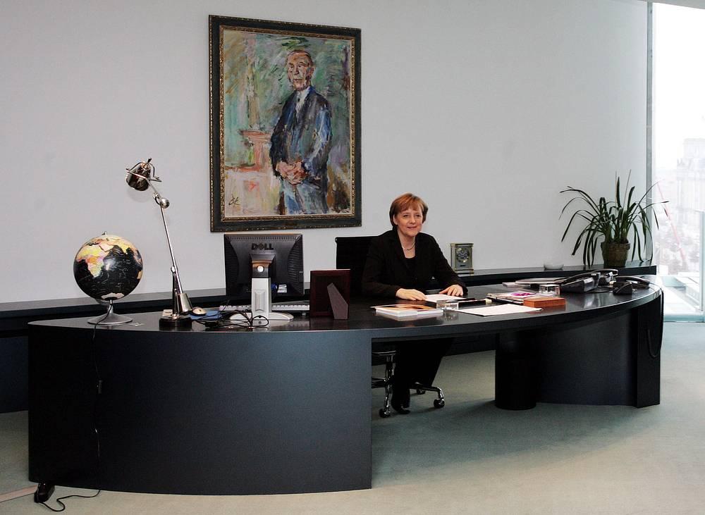 Корреспонденция канцлера Германии Ангелы Меркель сортируется и обрабатывается сотрудниками ведомства канцлера. В очень редких случаях Меркель отвечает на письма лично. На фото: Меркель в рабочем кабинете, Берлин, 21 февраля 2006 года