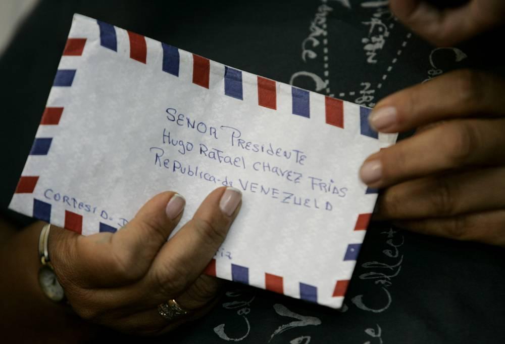 За 13 лет существования телепрограммы Чавес ответил на тысячу звонков и получил более 25 тыс. писем от венесуэльцев. Писали Чавесу и граждане других стран. На фото: письмо на имя Чавеса от супруги колумбийского конгрессмена Орландо Бельтрана, находившегося в плену у Революционных вооруженных сил Колумбии, 12 января 2008 года.