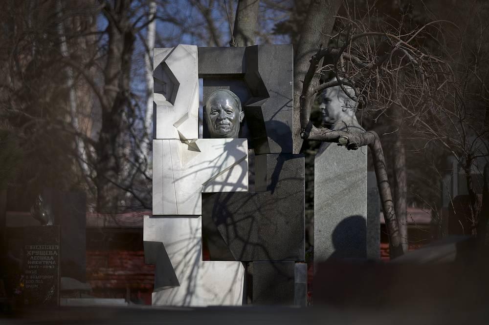Надгробный памятник Никите Хрущеву на Новодевичьем кладбище, созданный Эрнстом Неизвестным