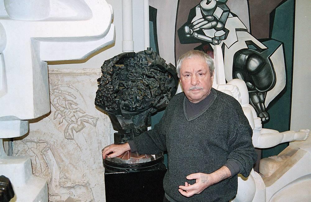 """Эрнст Неизвестный с макетом скульптуры """"Древо жизни"""" в студии в Нью-Йорке, 2000 год"""