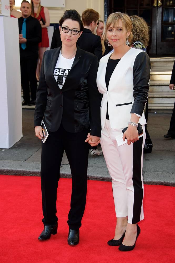 Источники газеты отмечают, что фаворитом является британская комедиантка Сью Перкинс, однако также обсуждается участие модели Джоди Кидд. На фото: Сью Перкинс (слева)