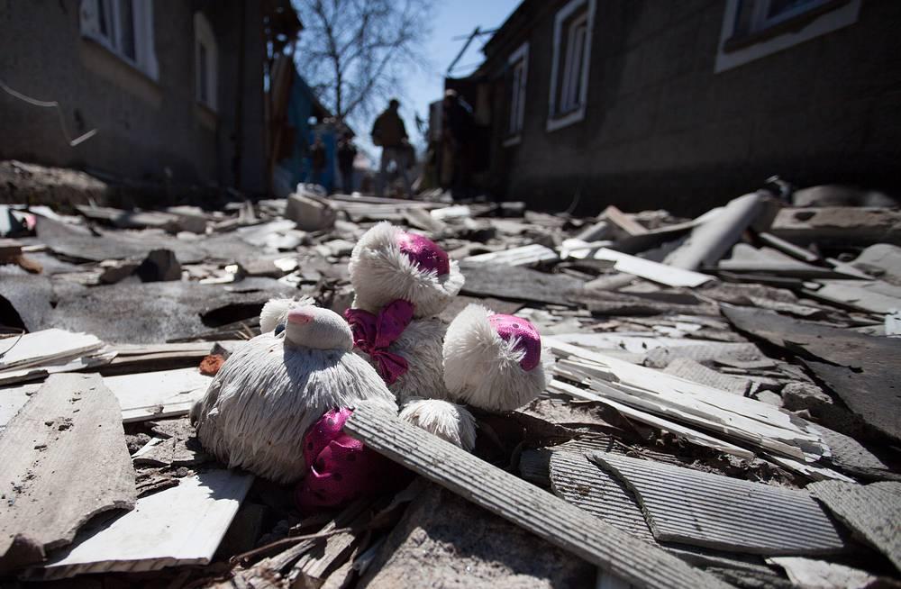 В минобороны ДНР в свою очередь сообщили, что вооруженные силы Украины в ночь на 10 апреля произвели массированный танковый обстрел позиций ополчения в поселке Спартак со стороны занятой киевскими силовиками Авдеевки. На фото: дом, разрушенный в результате обстрелов в поселке Спартак