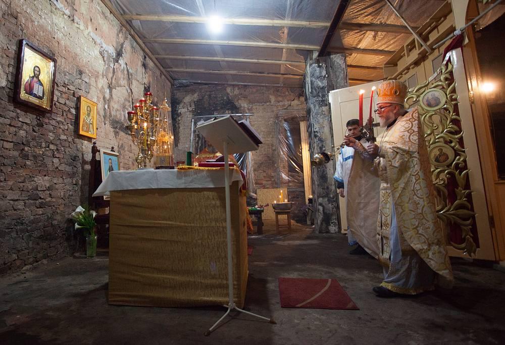 Специальная мониторинговая миссия ОБСЕ призвала стороны конфликта в Донбассе соблюдать условия прекращения огня на протяжении пасхальных праздников. На фото: праздничное пасхальное богослужение в храме Иоанна Кронштадского, который был разрушен в результате попадания снаряда летом 2014 года