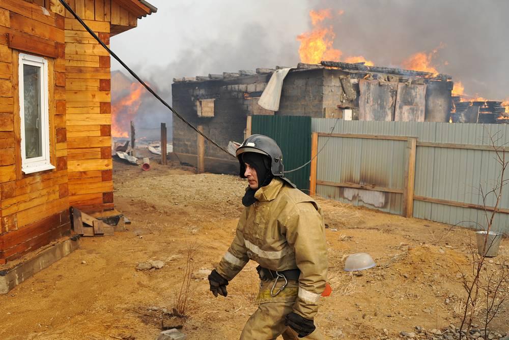 13-14 апреля в результате пожаров в Забайкальком крае были уничтожены более 450 домов. По подозрению в поджоге леса задержан подросток, против него возбуждено уголовное дело. Предварительный ущерб в результате многочисленных пожаров в регионе составляет более 460 млн рублей. На фото: пожар в дачном поселке Забайкальского края