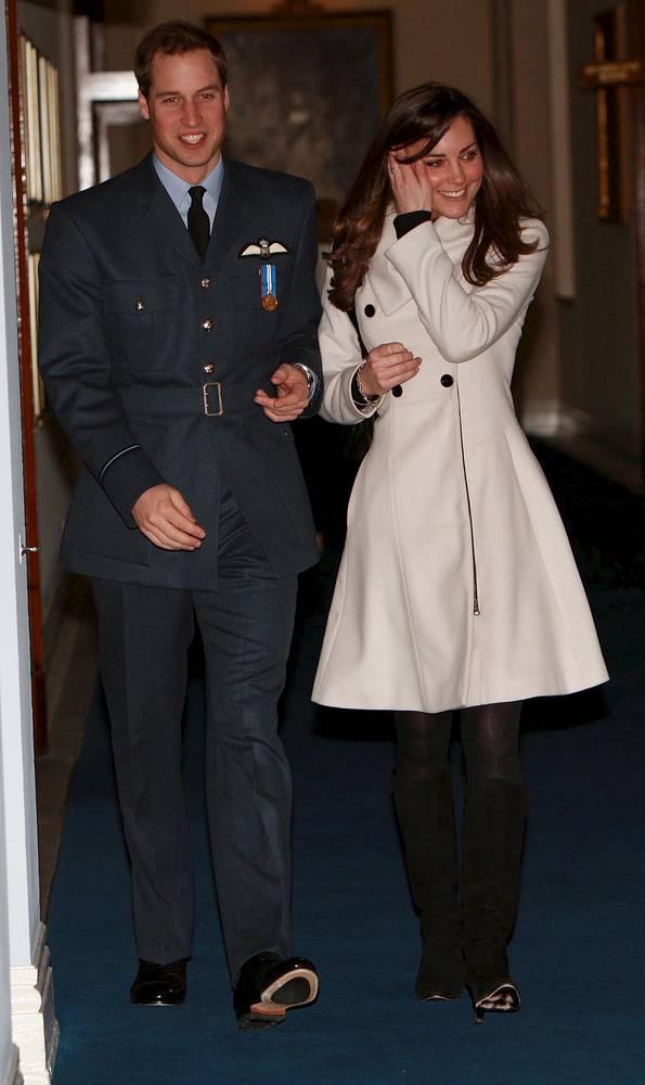 На фото: принц Уильям и Кейт Миддлтон на церемонии вручения звания пилота британских ВВС, Кронвелл, 11 апреля 2008 года