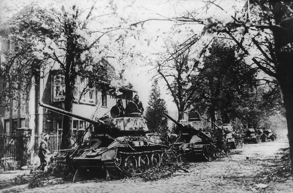 Советские танки в пригороде Берлина, 1945 год