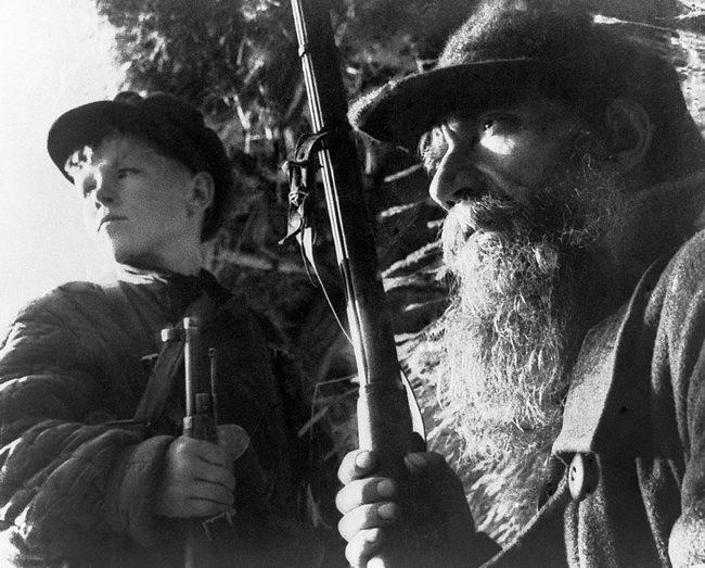 Швеи-стахановки артели имени 8 Марта селения Маштаги в Азербайджане Р. Алекперова (справа) и Н. Абилова за шитьем одежды для бойцов Красной Армии, 1941 год.
