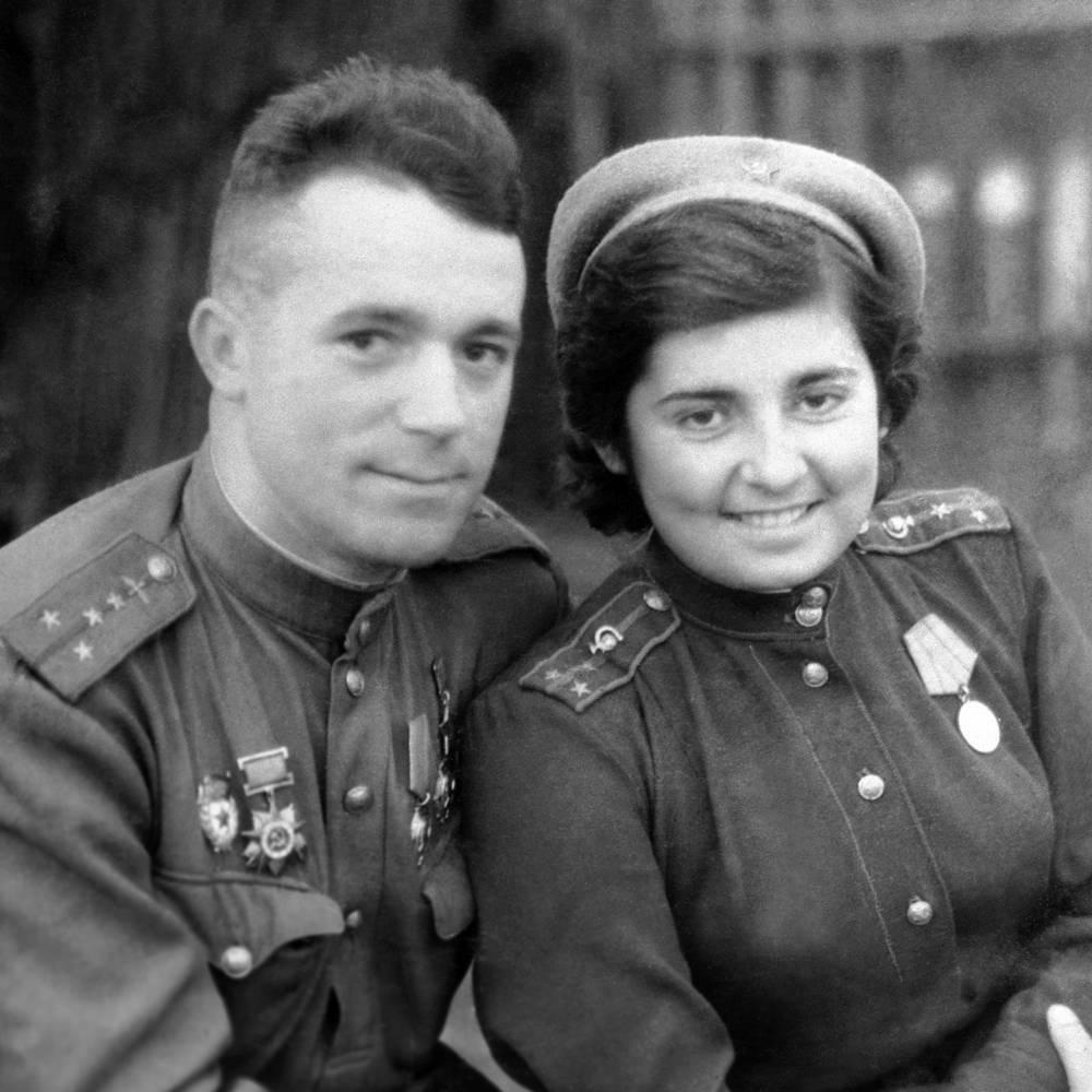 Летчик-истребитель Виталий Попков с будущей супругой Раисой Волковой. Польша, 1944 год