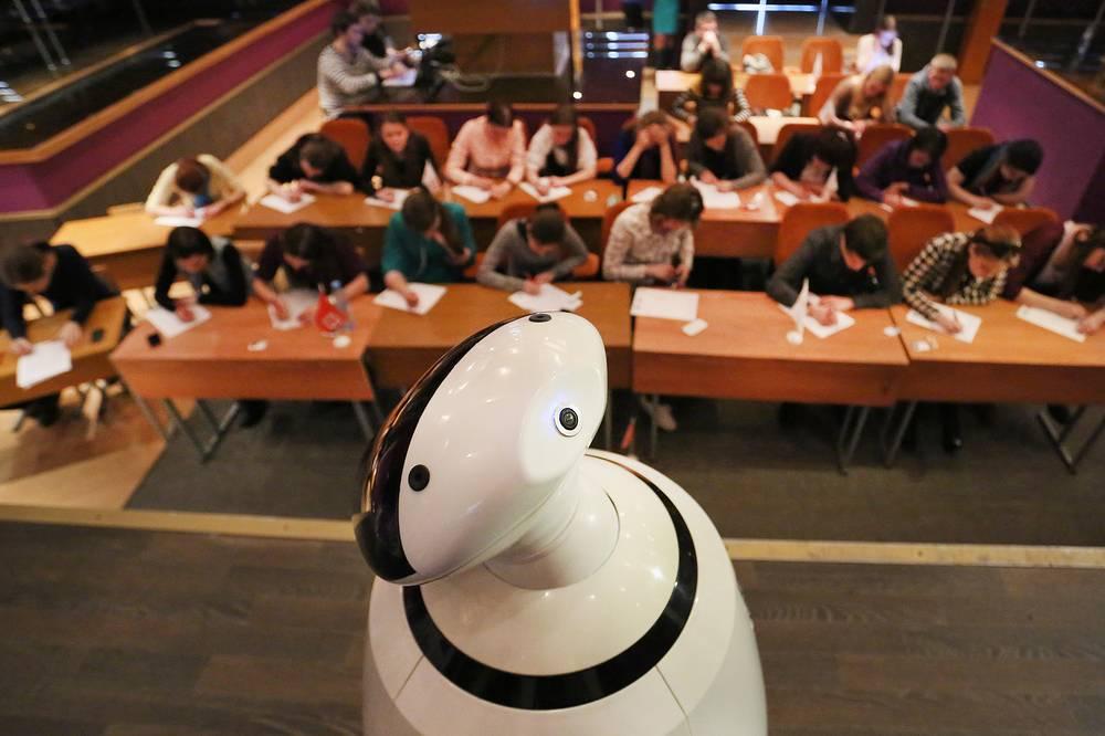 Робот Владимир с синтезированным человеческим голосом в городском студенческом центре  Санкт-Петербурга