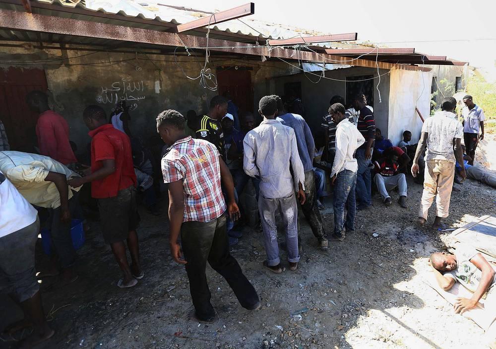 15 сентября 2014 года у берегов Таджуры (Ливия) затонуло судно, на борту которого находились около 250 нелегальных мигрантов. Ливийским военным удалось спасти только 36 человек. На фото: иммигранты, спасенные ливийской береговой охраной, Эль-Гарабулли, Ливия, 15 сентября 2014 года