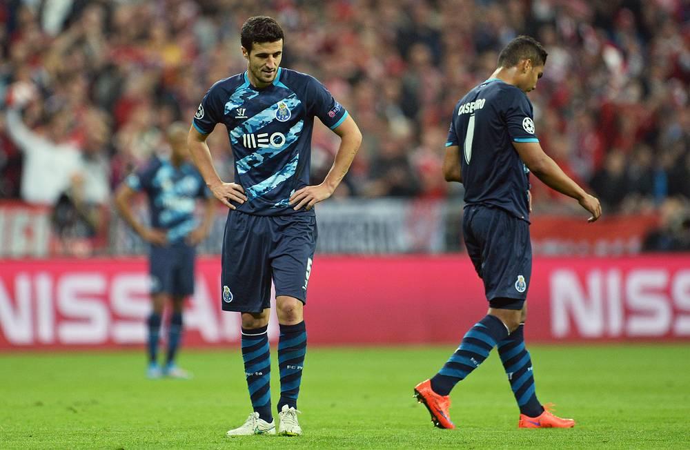 """Разочарование игроков """"Порту"""" - команде не удалось сохранить преимущество, добытое в первой четвертьфинальной игре. Португальцы потерпели сокрушительное поражение со счетом 1:6"""