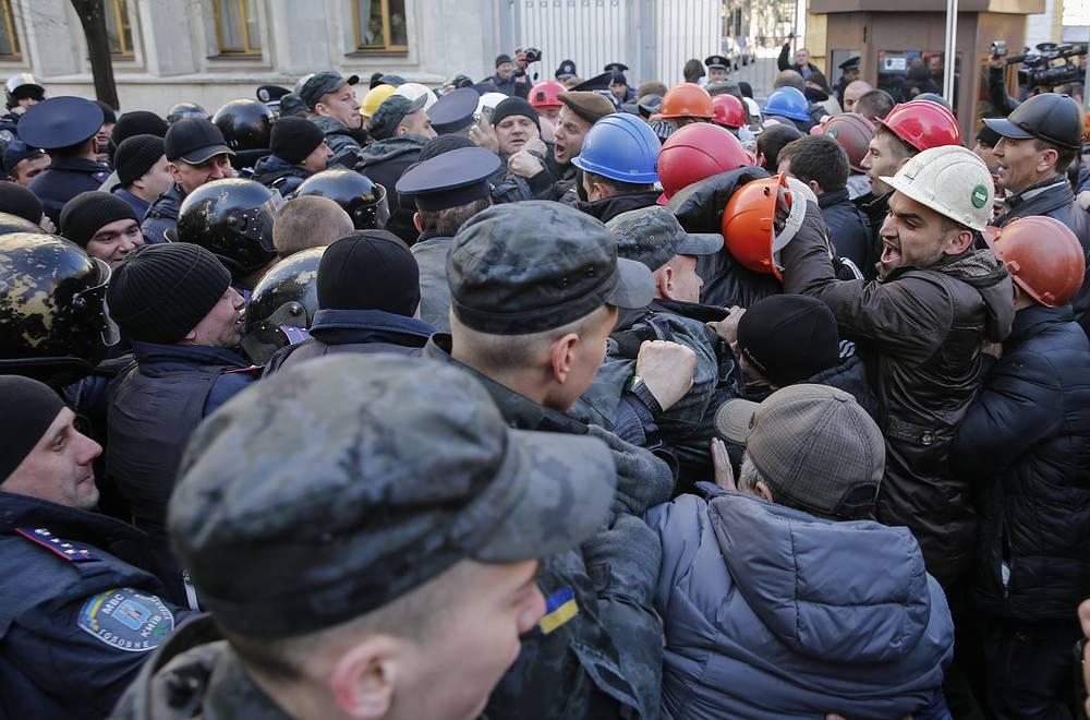 Прорвав милицейское оцепление, протестующие вошли во двор администрации президента Петра Порошенко