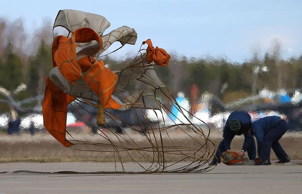 Тормозной парашют после посадки самолета