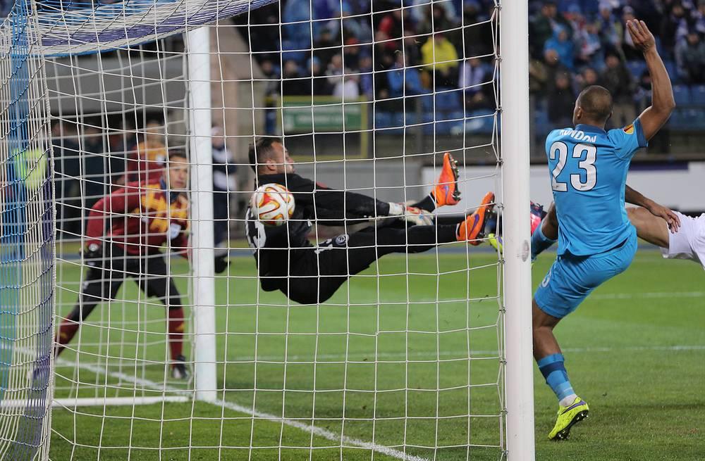 """Нелепая ошибка вратаря """"Севильи"""" Бету привела к голу в ворота испанской команды"""