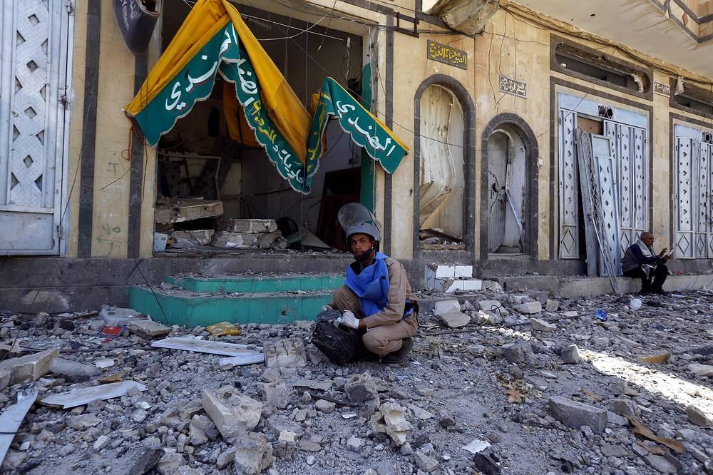 """21 апреля коалиция аравийских монархий объявила о завершении военной операции """"Буря решимости"""", направленной против сторонников шиитского движения """"Ансар Аллах"""" в Йемене. По данным Всемирной организации здравоохранения, число погибших в Йемене в результате боев с 19 марта по 20 апреля достигло 1080 человек, 4352 человека получили ранения. На фото: последствия авиаударов коалиции по столице Йемена, 22 апреля 2015 года"""