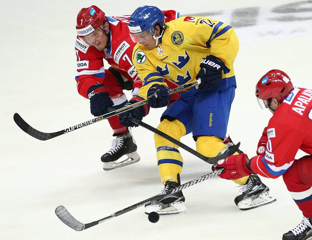 Игроки сборных России Дмитрий Куликов и Швеции Андре Петерссон