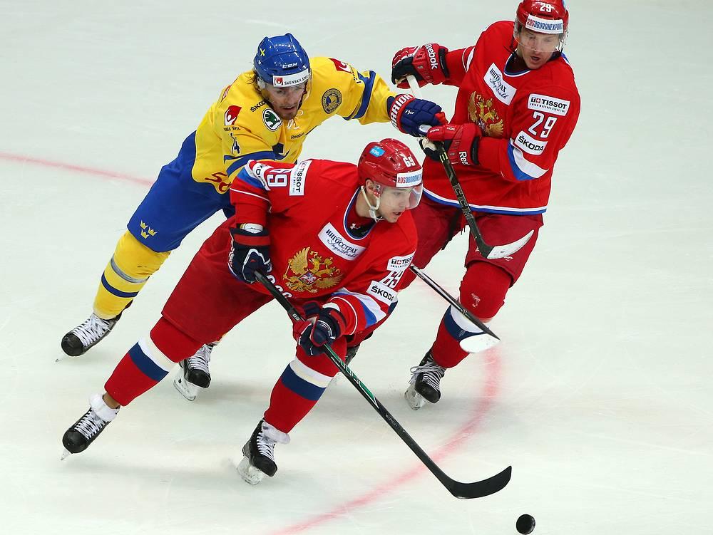 Игроки сборной Швеции Антон Ландер, сборной России Александр Бурмистров и Джон Клингберг