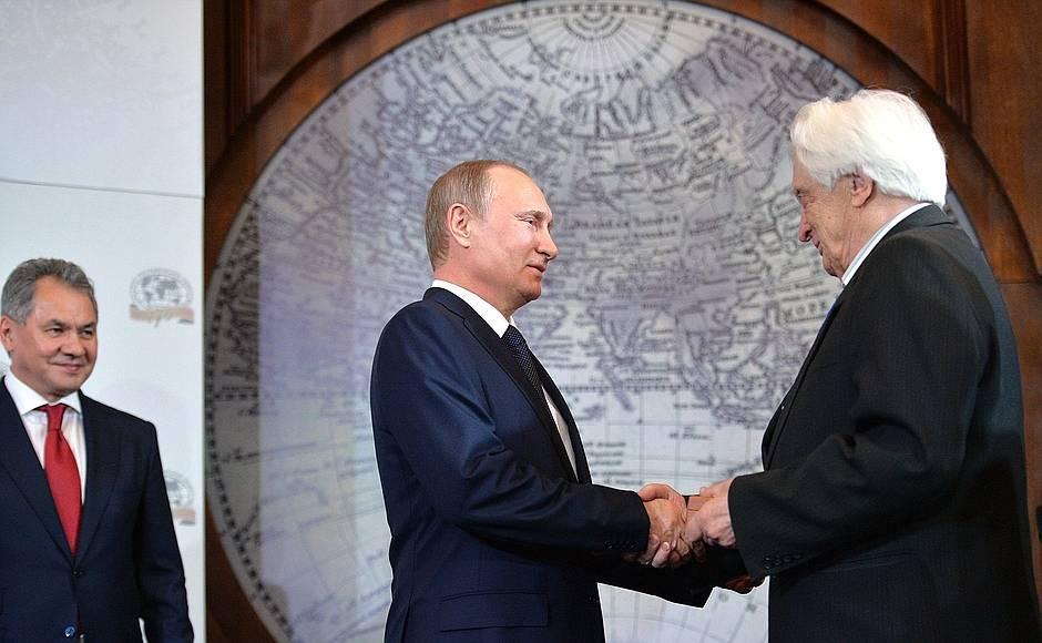 Владимир Путин вручает Константиновскую медаль заслуженному деятелю науки, автору работ по геоморфологии Юрию Симонову