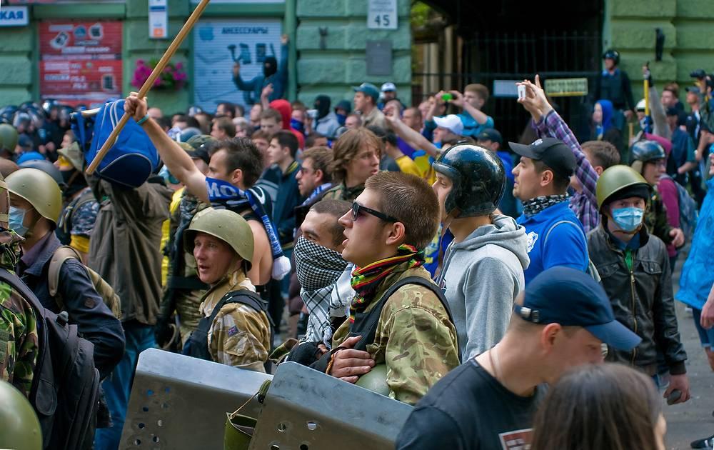 """Праворадикальные активисты и сторонники """"Правого сектора"""" перед началом столкновений со сторонниками федерализации Украины в центре Одессы, 2 мая 2014 года"""