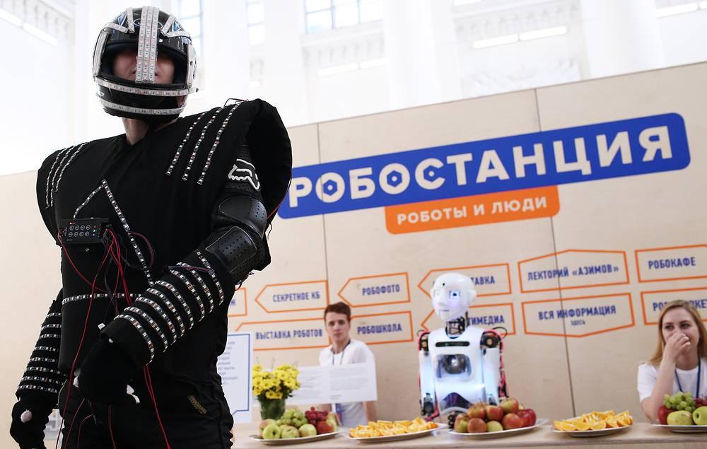 """На открытии выставки """"Робостанция"""" на ВДНХ. На втором плане - английский робот-гуманоид Теспиан"""
