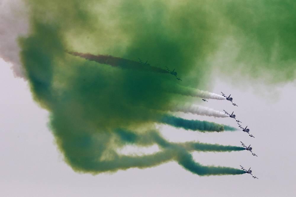 Пилотажная группа итальянских ВВС Frecce Tricolori выступает над территорией выставки во время открытия