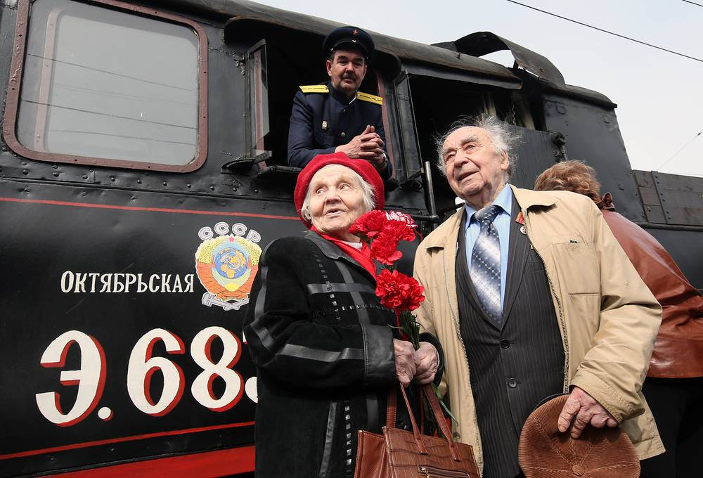 Во время встречи паровоза на Финляндском вокзале Санкт-Петербурга