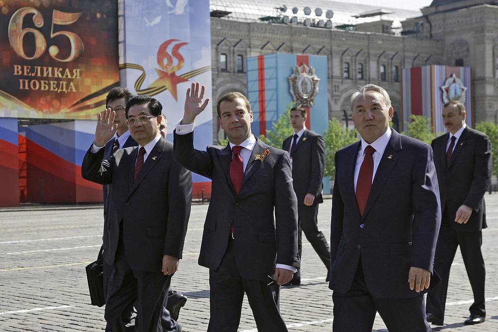 Председатель КНР Ху Цзиньтао, президент России Дмитрий Медведев и президент Казахстана Нурсултан Назарбаев на Красной площади, 2010 год