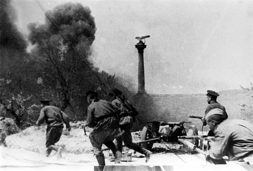 Севастополь. Последние минуты боя на Приморском бульваре города в день его освобождения, 1944 год