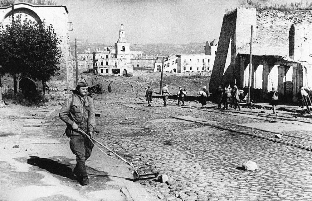 Смоленск. Разминирование улицы Советской, 1943 год
