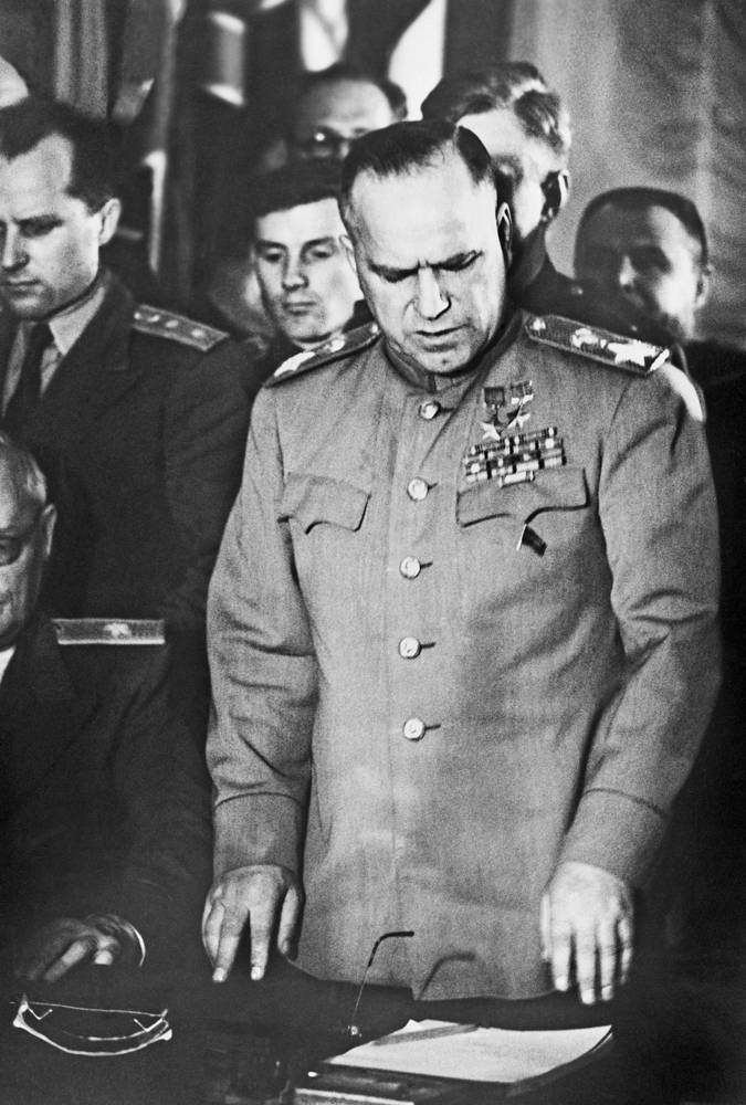 Маршал Советского Союза Георгий Константинович Жуков во время подписания акта о полной и безоговорочной капитуляции фашистской Германии