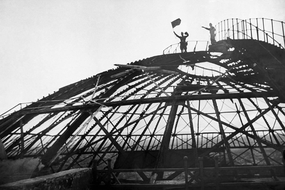 """Советские солдаты на куполе панорамы """"Оборона Севастополя"""", 1944 г"""