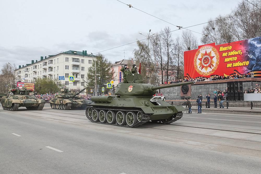 Танк Т-34-85 (на первом плане)