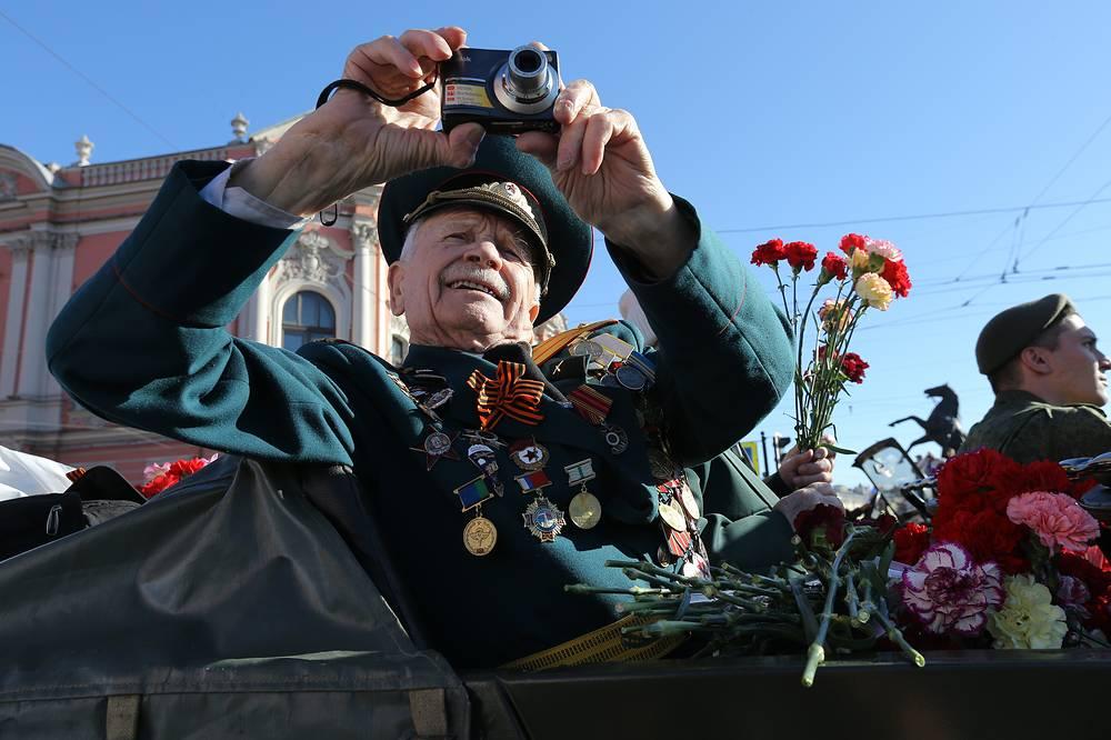 Ветеран во время празднования Дня Победы в Санкт-Петербурге