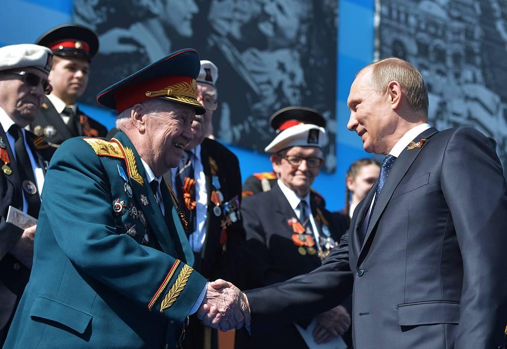 Президент России Владимир Путин во время военного парада на Красной площади