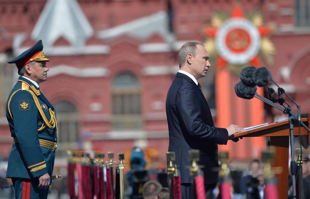 Министр обороны РФ Сергей Шойгу и президент России Владимир Путин (слева направо) во время военного парада на Красной площади