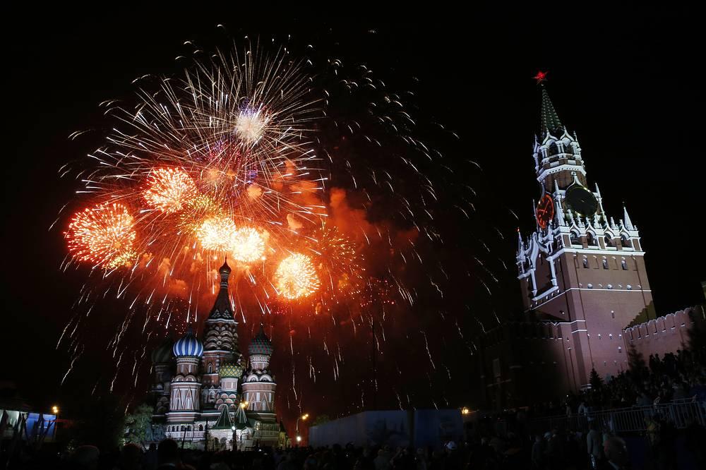 Праздничный салют на Красной площади в Москве, посвященный 70-летию Победы