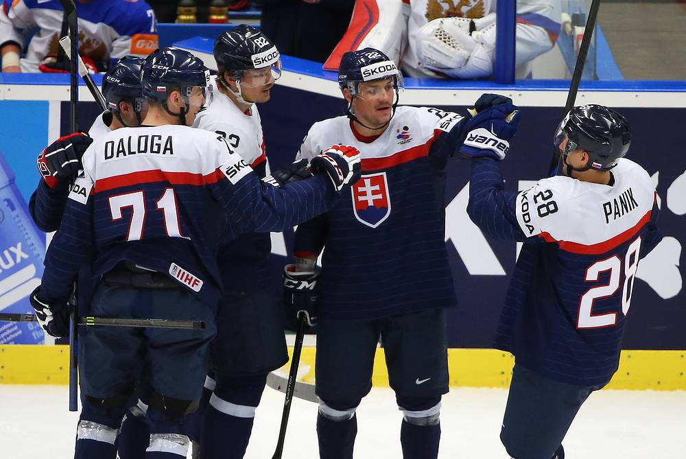 Защитник сборной Словакии Марек Дялога, нападающие сборной Словакии Томаш Копецки, Владимир Дравецки и Рихард Паник (слева направо)