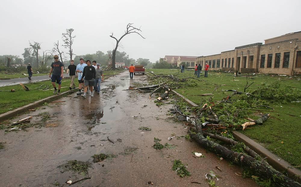 По сведениям Национального метеорологического бюро США за сутки было зарегистрировано около 34 торнадо в штатах Техас, Колорадо, Оклахома, Южная Дакота, Канзас и Небраска. На фото: последствия торнадо рядом со школой в городе Вэн в штате Техас