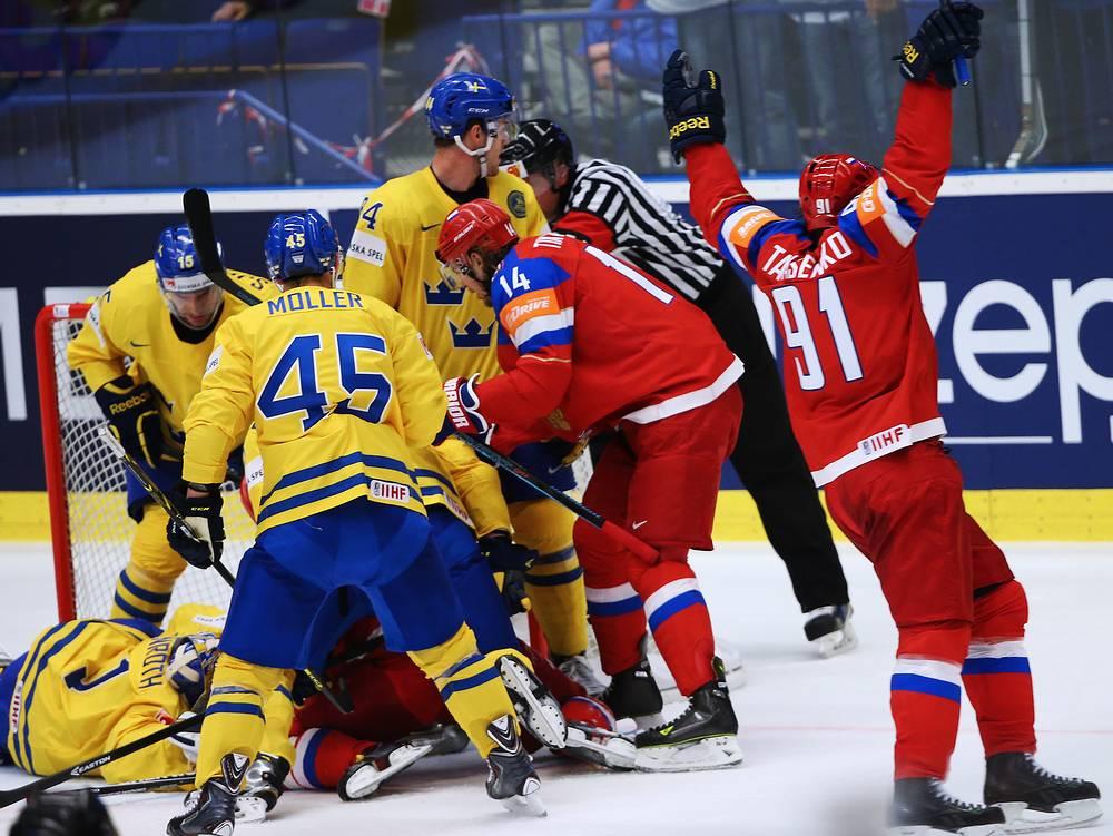В 1/4 финала россияне в напряженном матче переиграли сборную Швеции. Скандинавская команда по ходу матча уступала со счетом 0:3, но сумела сравнять счет