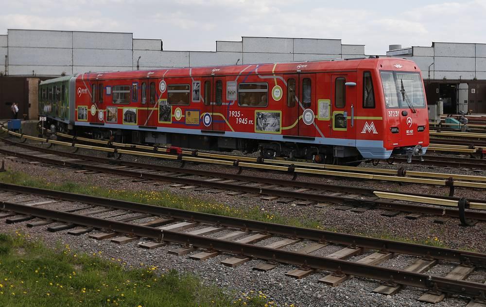 """Поезд """"80 лет метрополитена"""" во время церемонии запуска в электродепо """"Владыкино"""""""