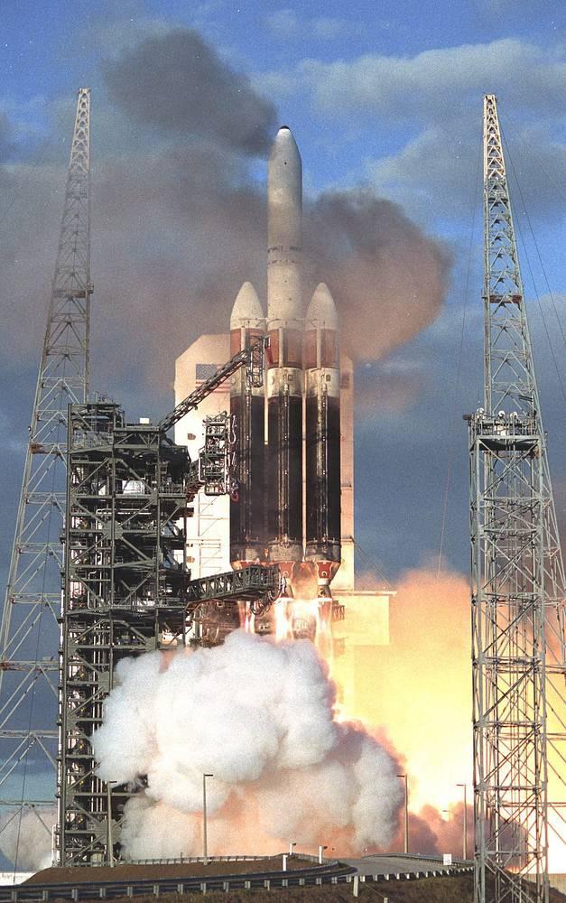 21 декабря 2004 года тяжелая ракета Delta 4 Heavy в ходе своего первого демонстрационного полета не смогла вывести на орбиту массогабаритный макет космического аппарата DemoSat (6,1 т) из-за отключения двигателей на 8 секунд раньше запланированного. Запуск проводился из Космического центра им. Кеннеди на мысе Канаверал