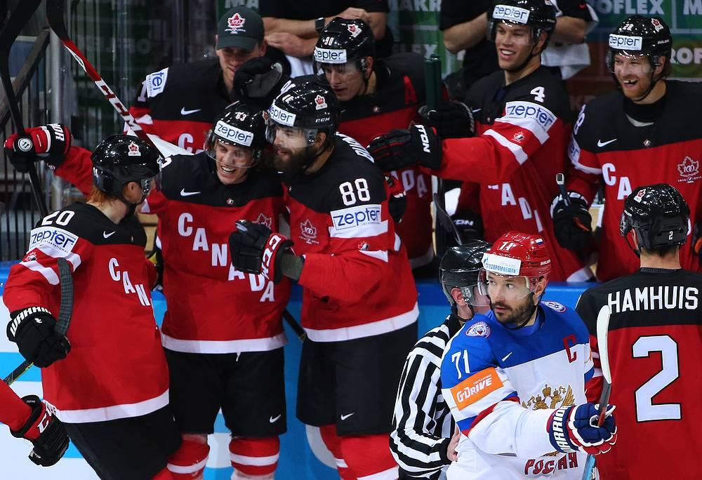 Капитан сборной России Илья Ковальчук и игроки канадской национальной команды во время финала чемпионата мира