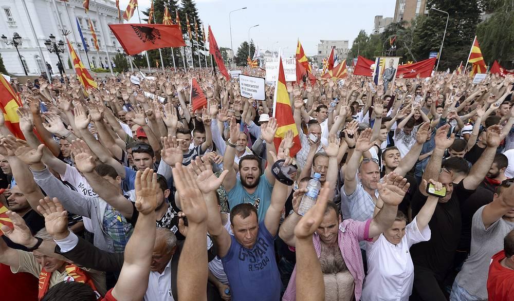Соблюдение порядка во время демонстрации, проходившей напротив здания правительства, обеспечивали несколько сотен сотрудников полиции. На фото: протестующие около здания правительства в Скопье