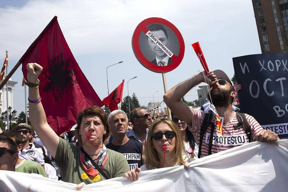 Македонский премьер добавил, что отставки среди других министров также не планируются. На фото: протестующие около здания правительства в Скопье