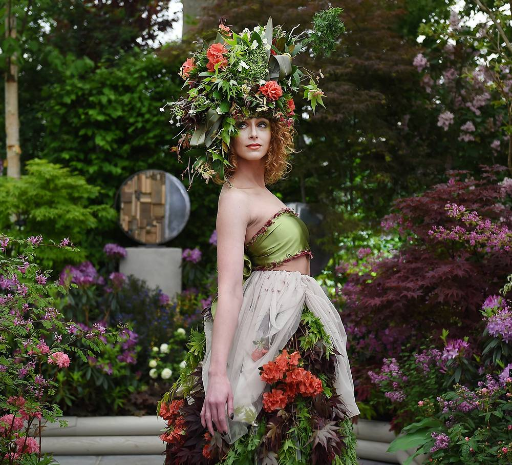 Модель в наряде из цветов в саду Hillier Natural Choice garden