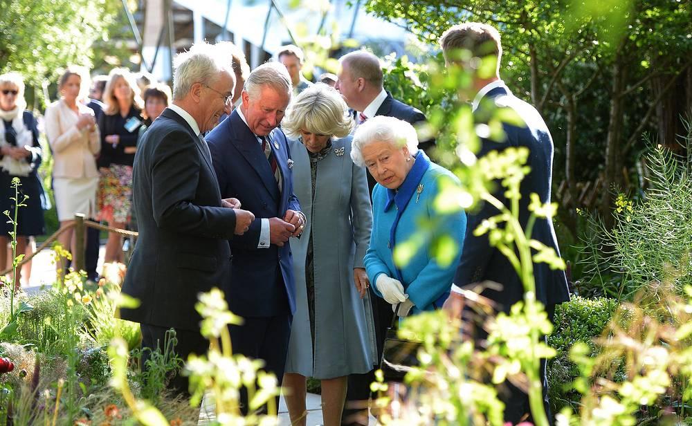 Королева Великобритании Елизавета II с сыном принцем Чарльзом и его женой Камиллой