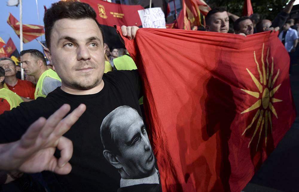 18 мая в столице Македонии Скопье около здания парламента прошла манифестация сторонников премьер-министра страны Николы Груевского и возглавляемого им правительства. Ранее македонская оппозиция объявила о начале бессрочных акций протеста с требованием отставки главы кабмина. На фото: участник митинга в поддержку Николы Груевского